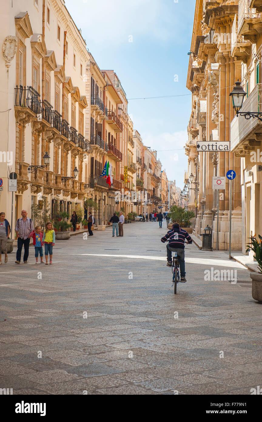 Trapani Sicile street, le Corso Vittorio Emanuele, dans le centre historique de Trapani, en Sicile. Photo Stock