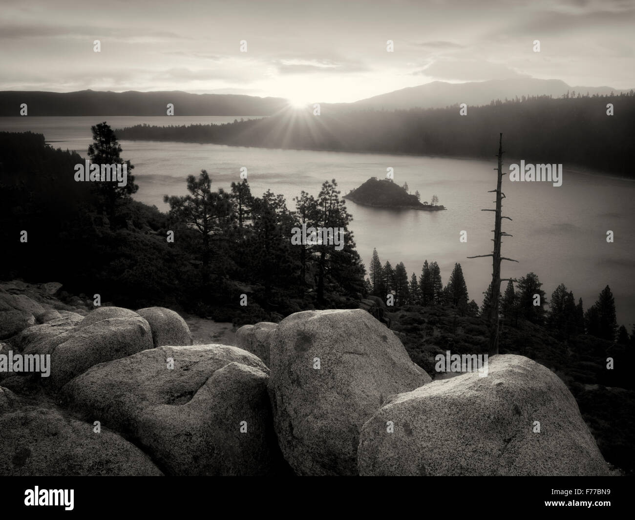 Lever du soleil et les rochers de granit à Emerald Bay, Lake Tahoe, California Photo Stock