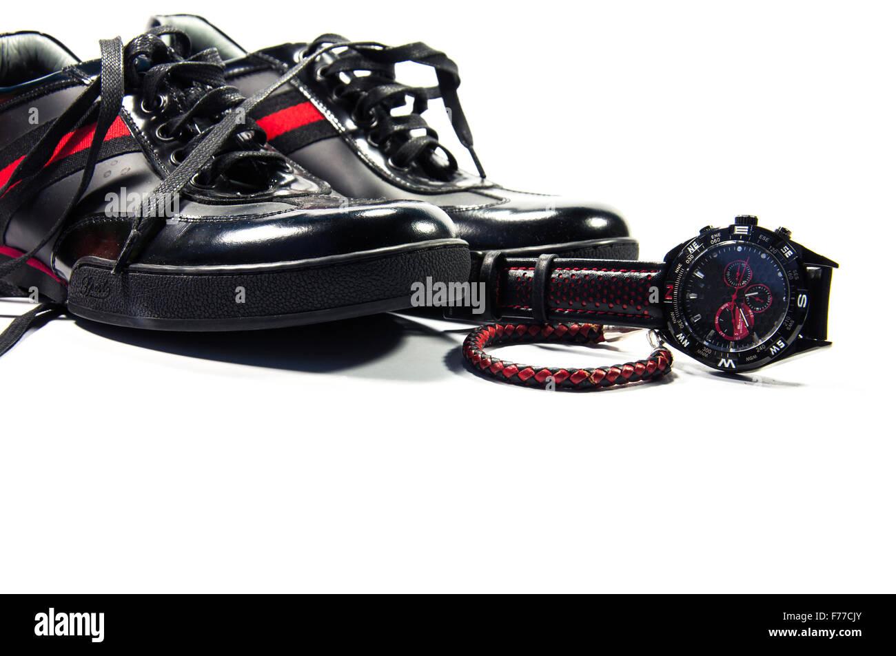 Chaussures hommes noir avec une bande rouge, regarder et bracelet isolés par fond blanc Photo Stock