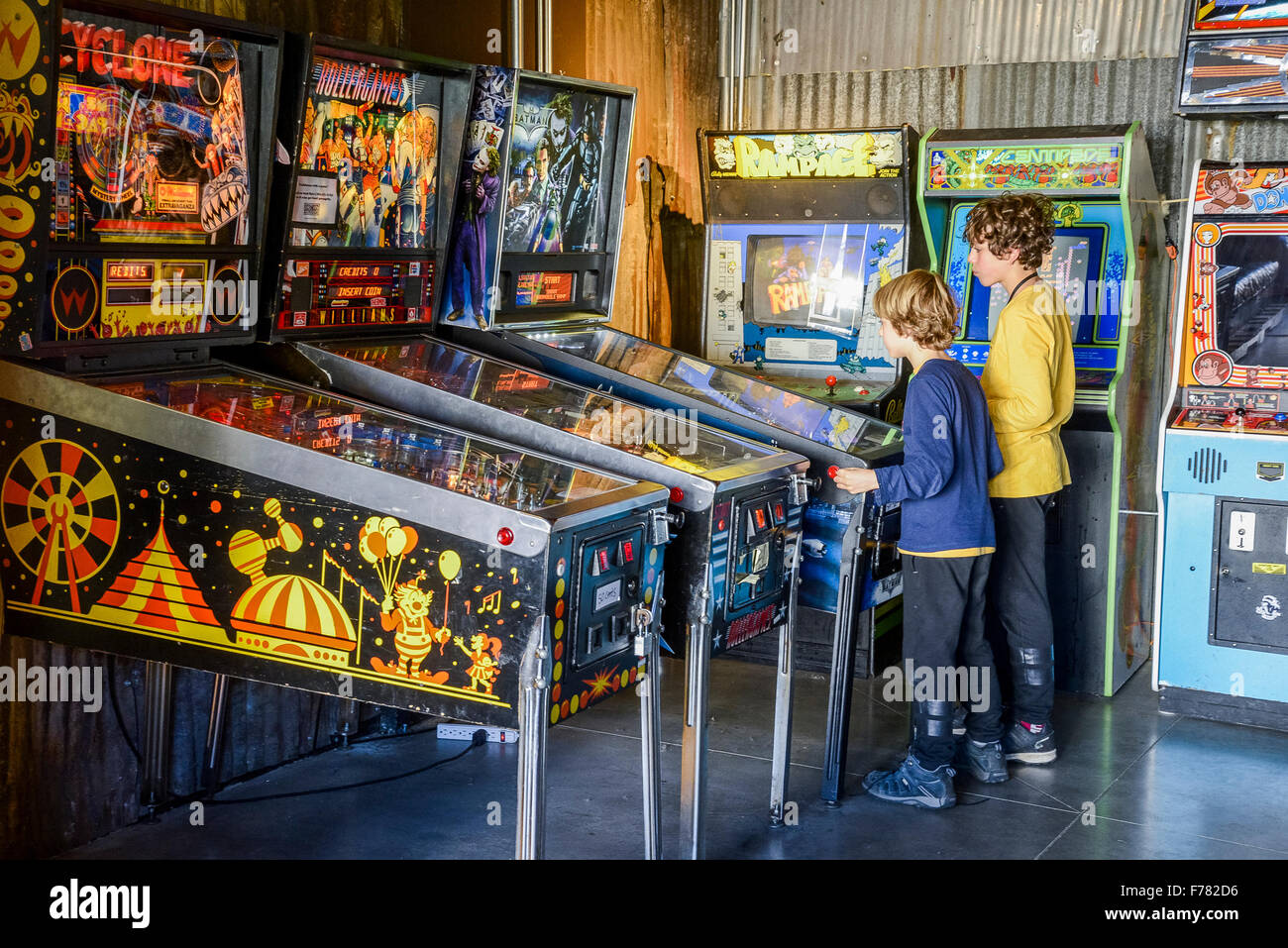 Salle de jeux rétro avec pinball Jeu de machines Photo Stock