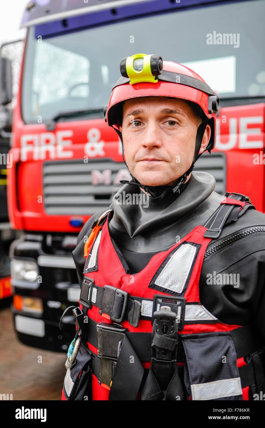 L'Irlande du Nord. 26 novembre, 2015. Un agent de l'Irlande du Nord Service d'incendie et de sauvetage Photo Stock