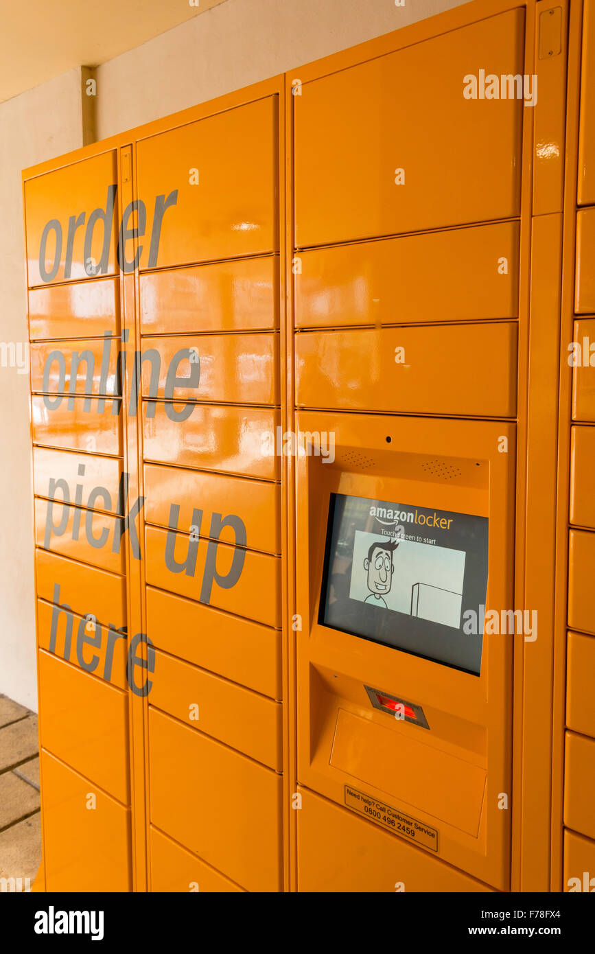 Pick up en ligne Amazon Amazon locker, Market Place, WARMINSTER, Wiltshire, Angleterre, Royaume-Uni Photo Stock
