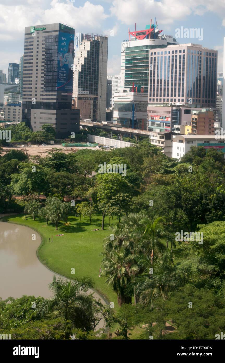 Tours de bureaux et les immeubles à appartements dans tout parc Benjasiri dans Sukhumvit, Bangkok, Thaïlande Photo Stock