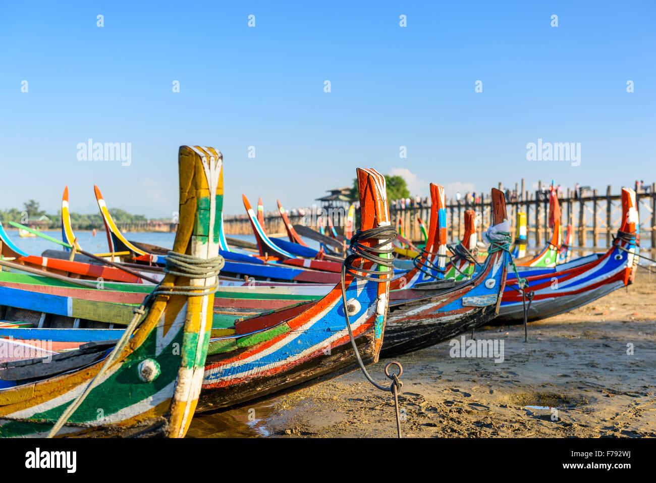 Mandalay, Myanmar bateaux sur le lac Taungthaman en face de U Bein Bridge. Photo Stock