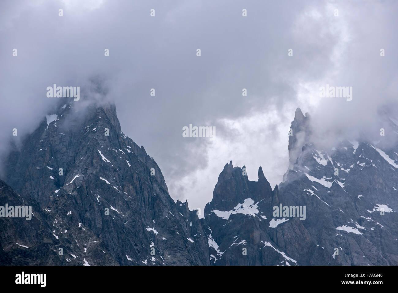 Aiguille Noire de Peuterey, avec les Dames Anglaises, une partie de l'arête de Peuterey au sommet du Mont Photo Stock