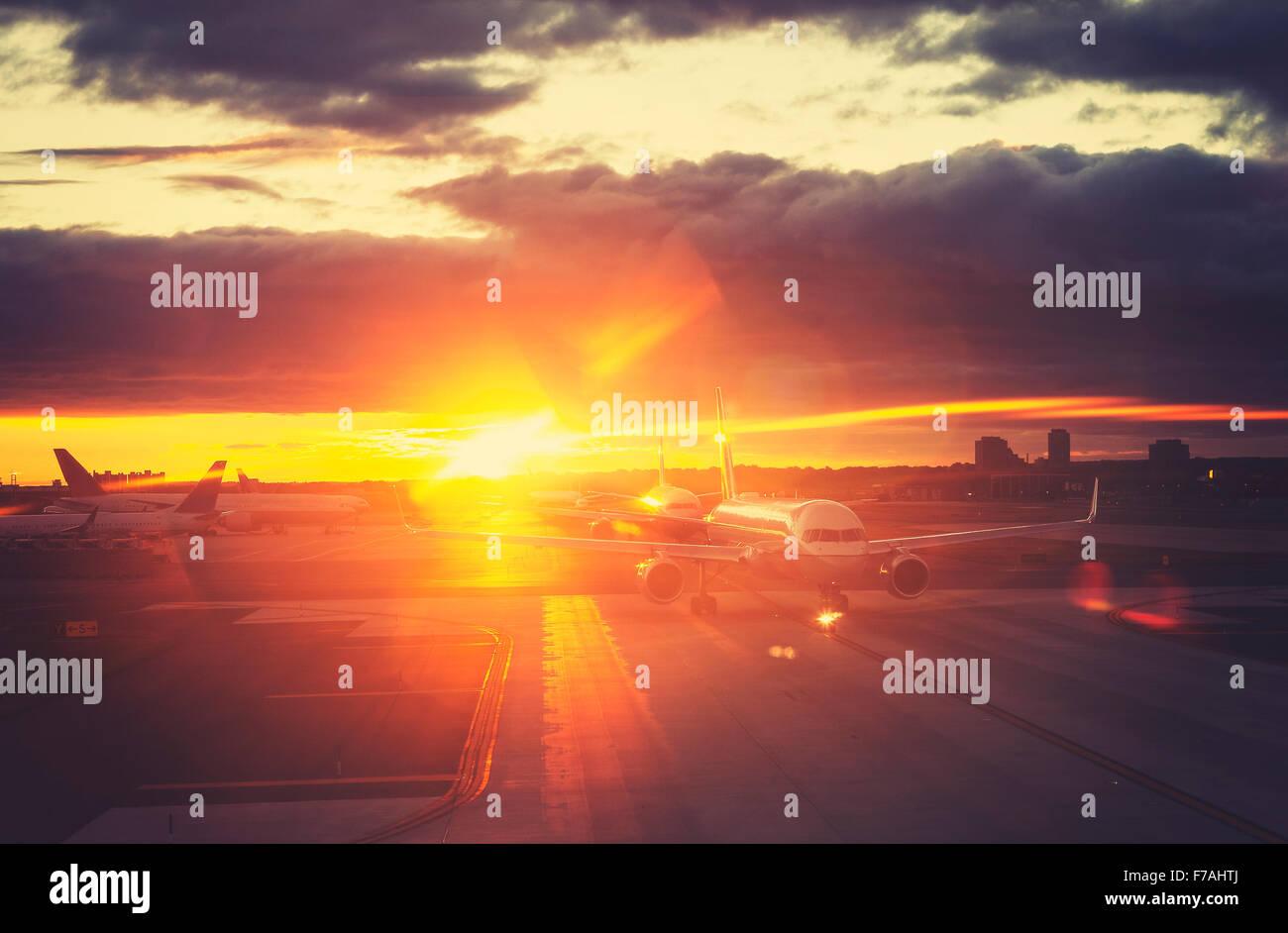Vintage photo aux couleurs de l'aéroport au coucher du soleil, concept de voyage, effet lens flare. Photo Stock