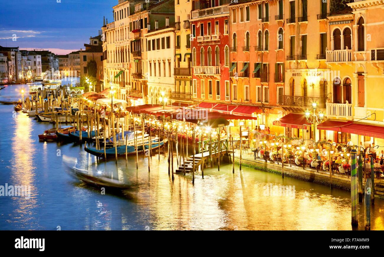Restaurant par le Grand Canal - nuit vue du Pont du Rialto, Venise, Vénétie, Italie Photo Stock