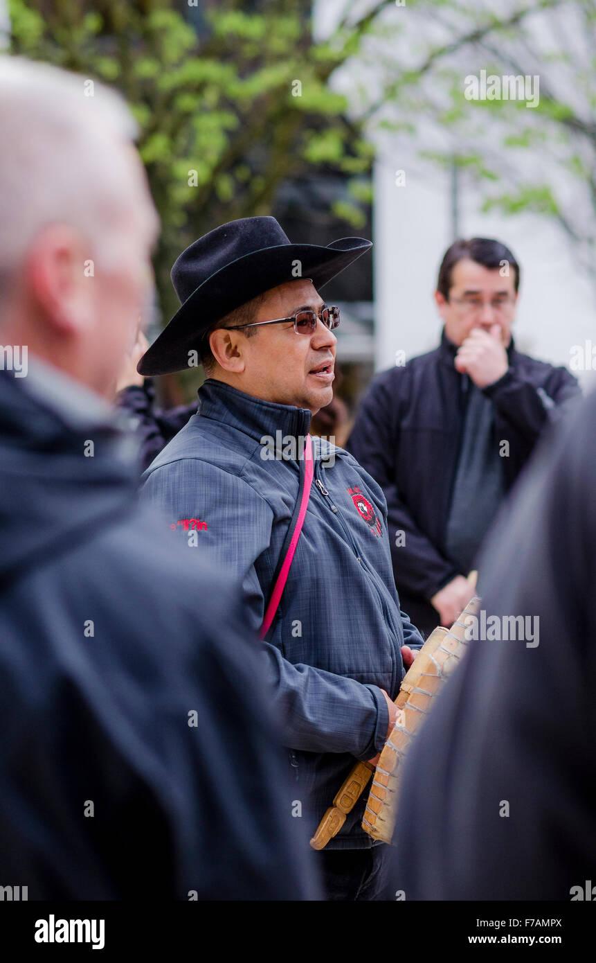 Le chef Roger William, Xeni Gwet'in First Nations, parle à l'extérieur du palais de justice de Photo Stock