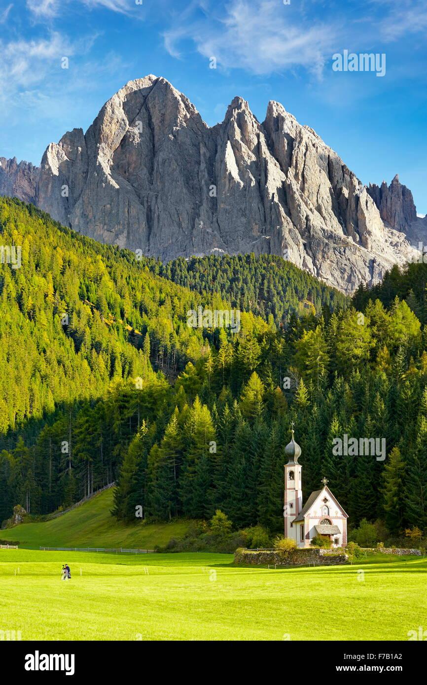 L'église St Johann, Val Di Funes, paysage des Dolomites, Alpes, Tyrol, Italie Photo Stock