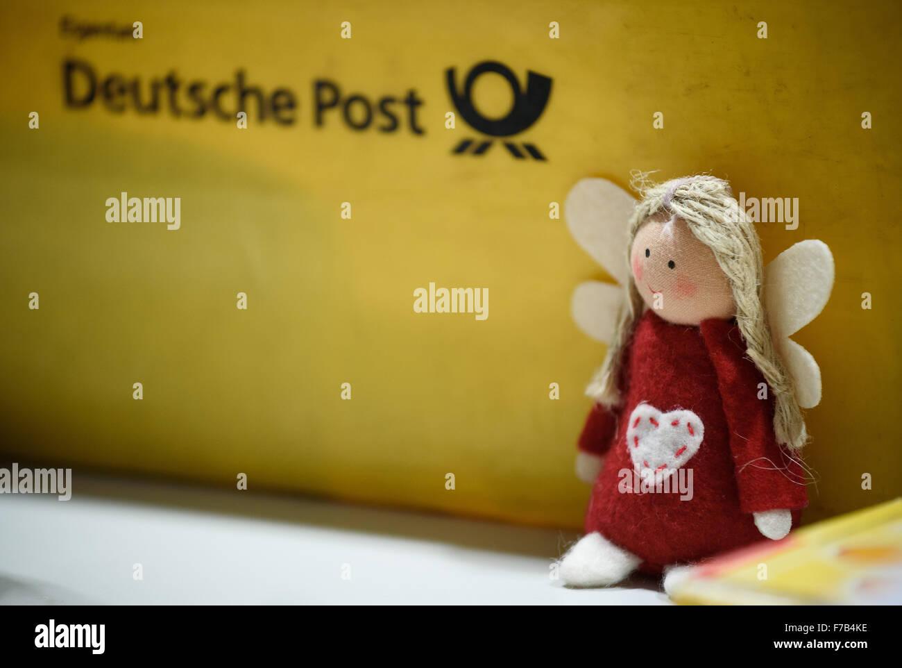 Un jouet en peluche représentant le Christ Enfant en photo à côté d'un fort de la poste allemande Deutsche Post Banque D'Images