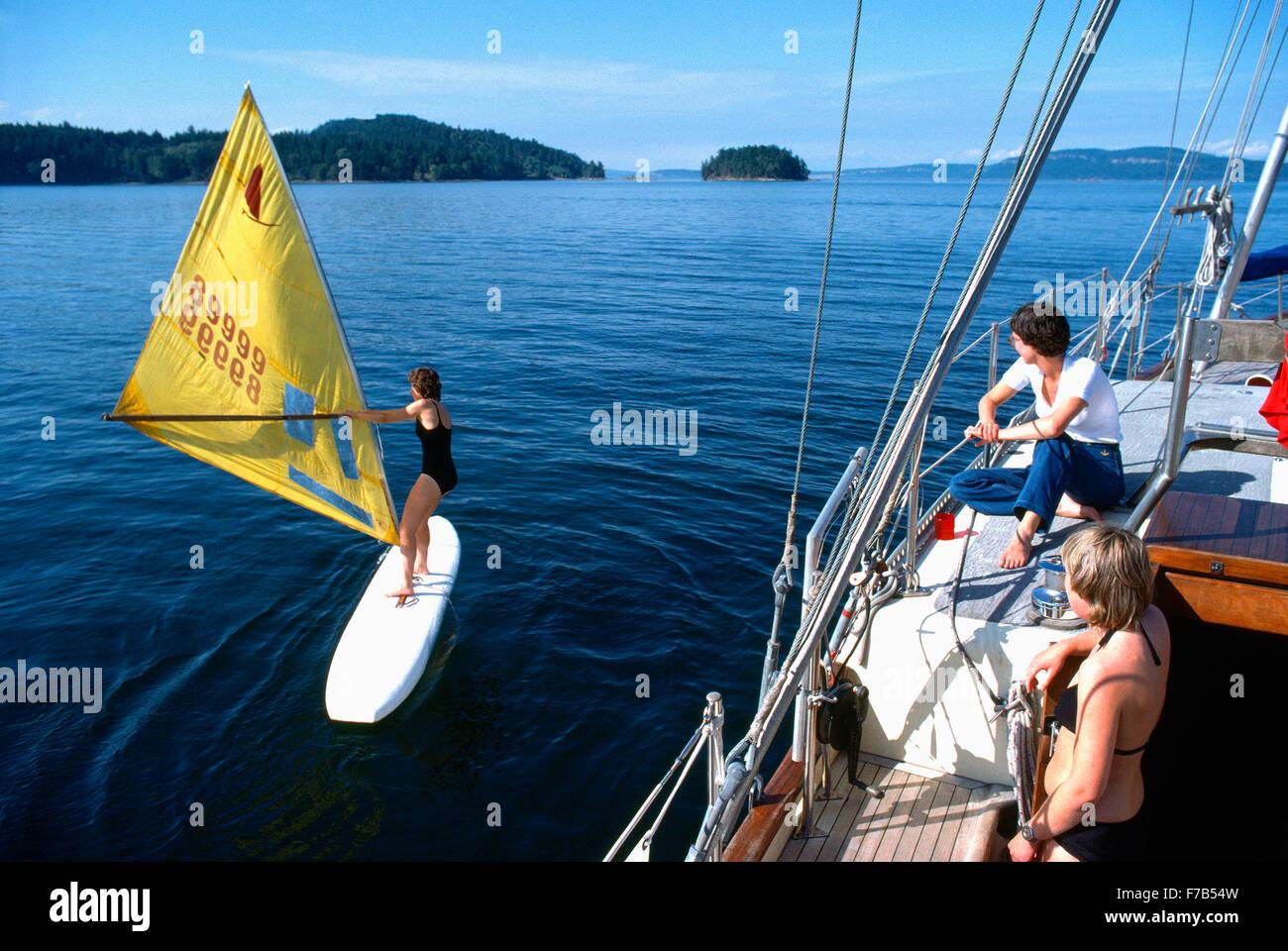 La planche à voile et la voile, les îles Gulf, en Colombie-Britannique, Colombie-Britannique, Canada  Photo Stock