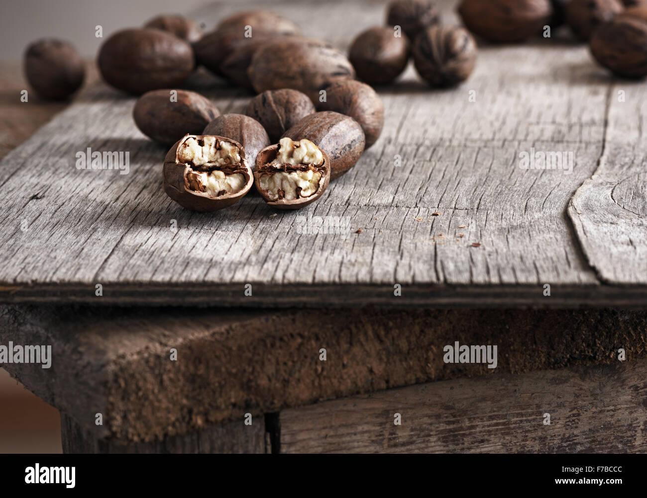 Ensemble et de noix de pécan hachées sur la vieille table en bois. Photo Stock