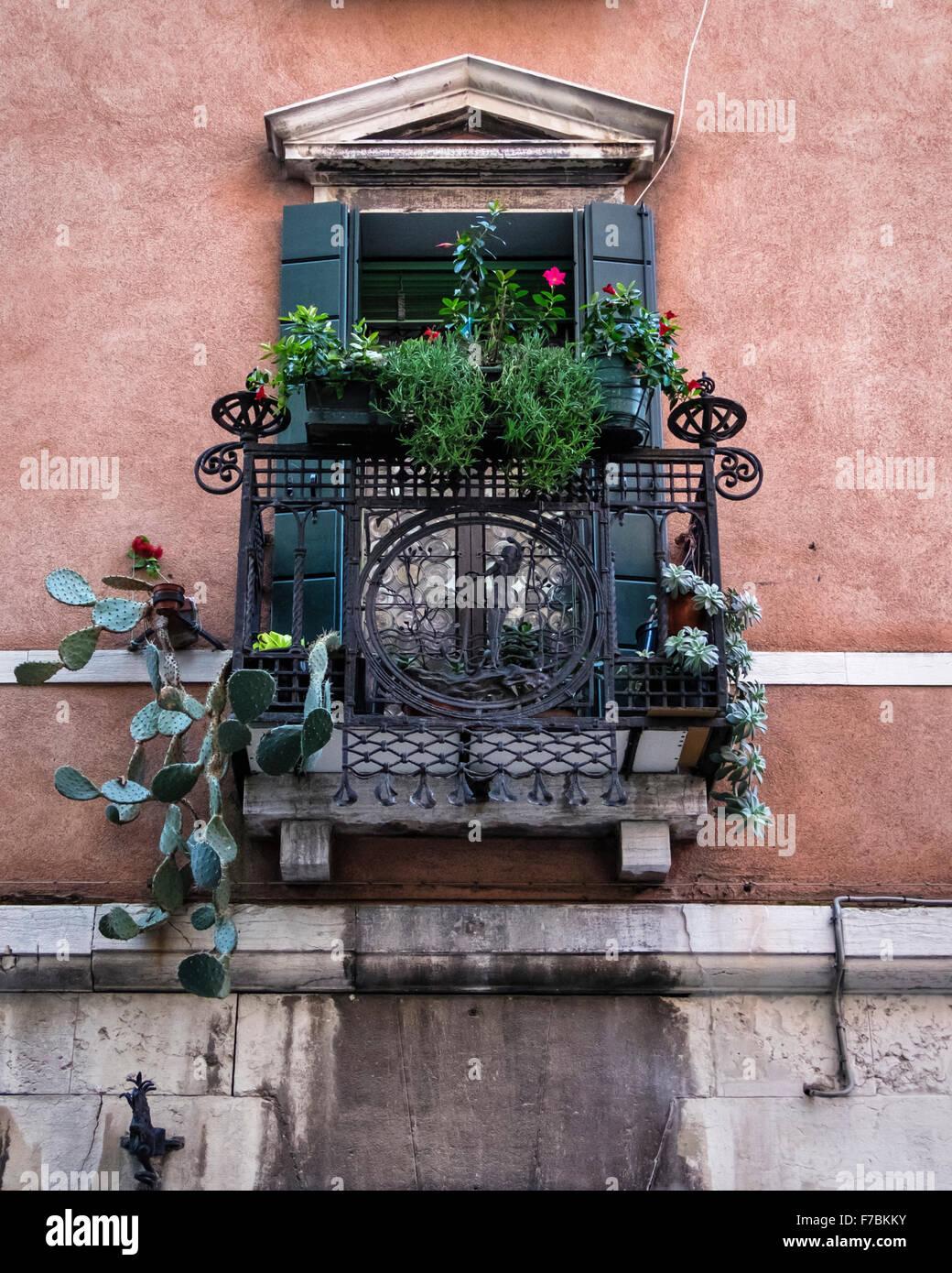 Details De Construction De La Decoration Du Balcon En Fer Forge