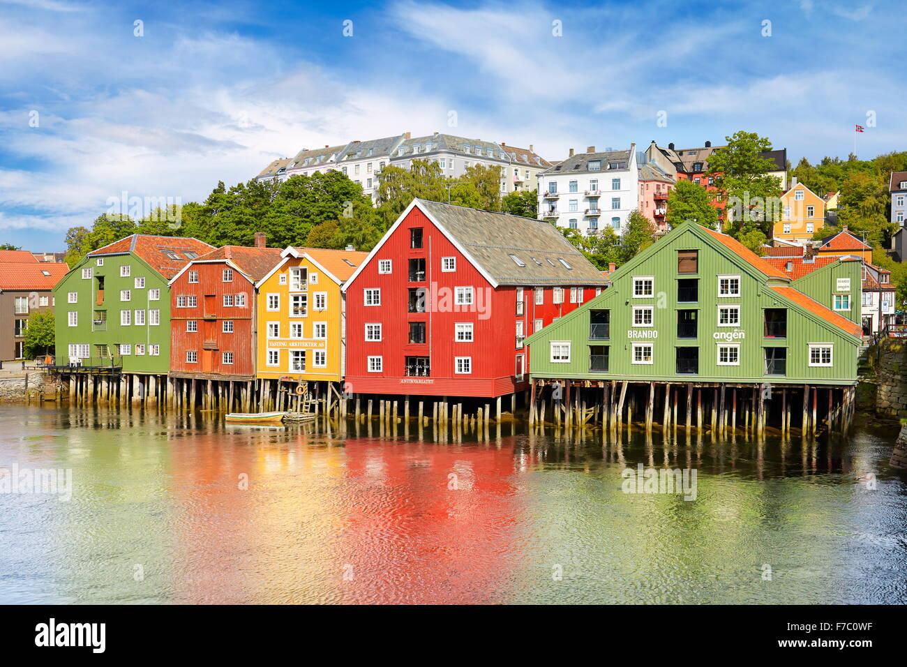 Historique colorés des maisons sur pilotis à Trondheim, Norvège Photo Stock