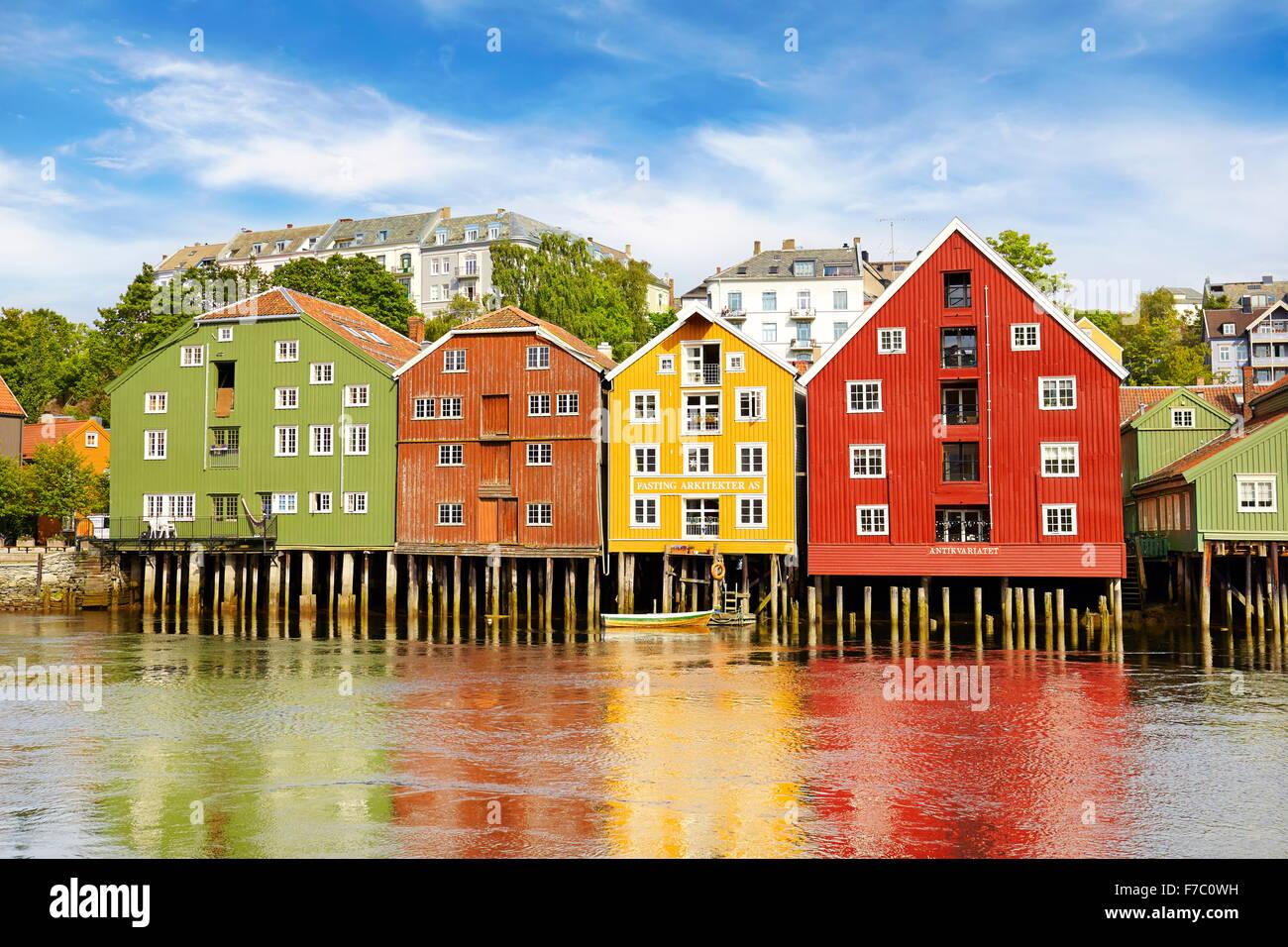 Historique maisons colorées de stockage à Trondheim, Norvège Photo Stock