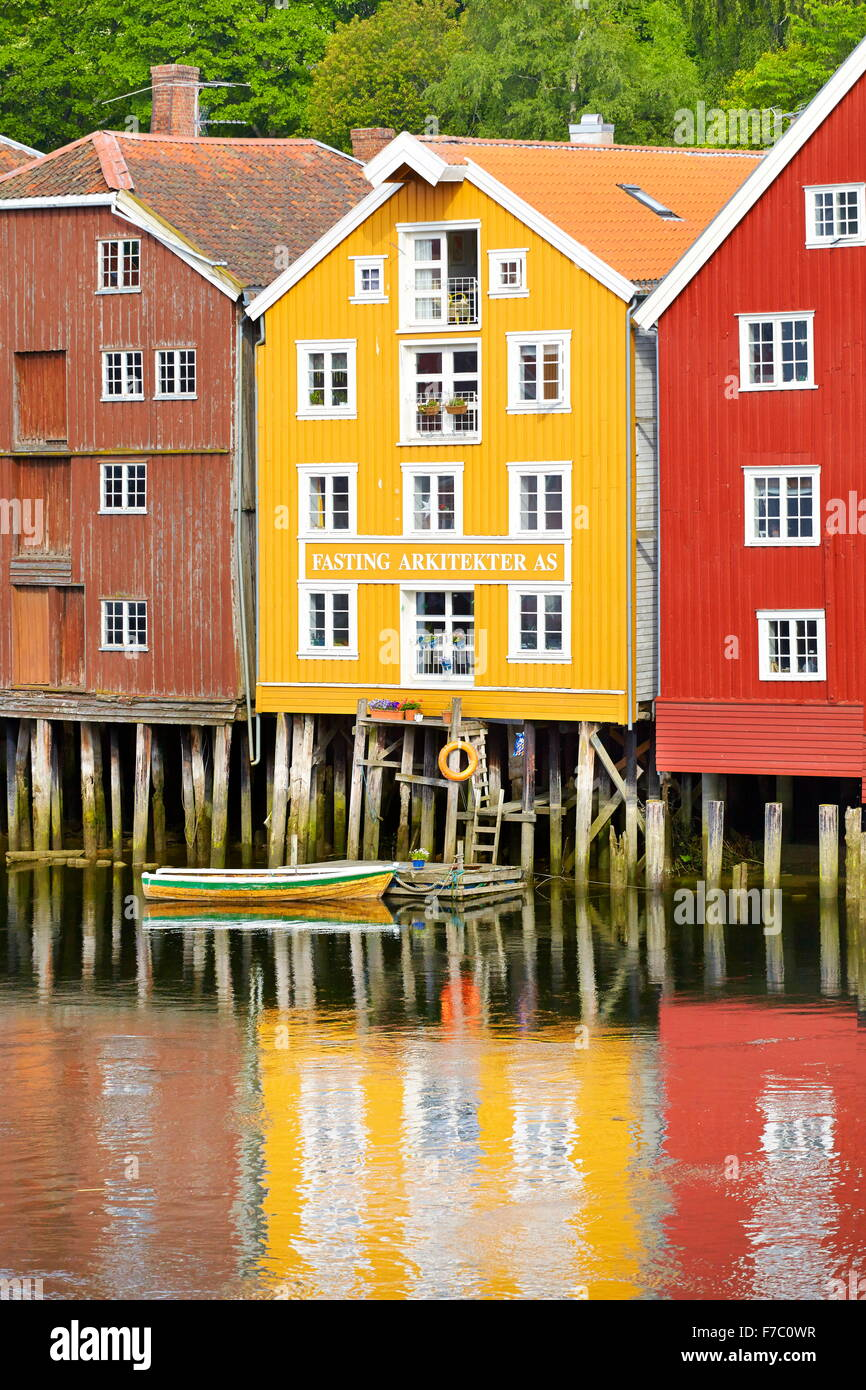 Maisons colorées sur pilotis de stockage historique à Trondheim, Norvège Photo Stock