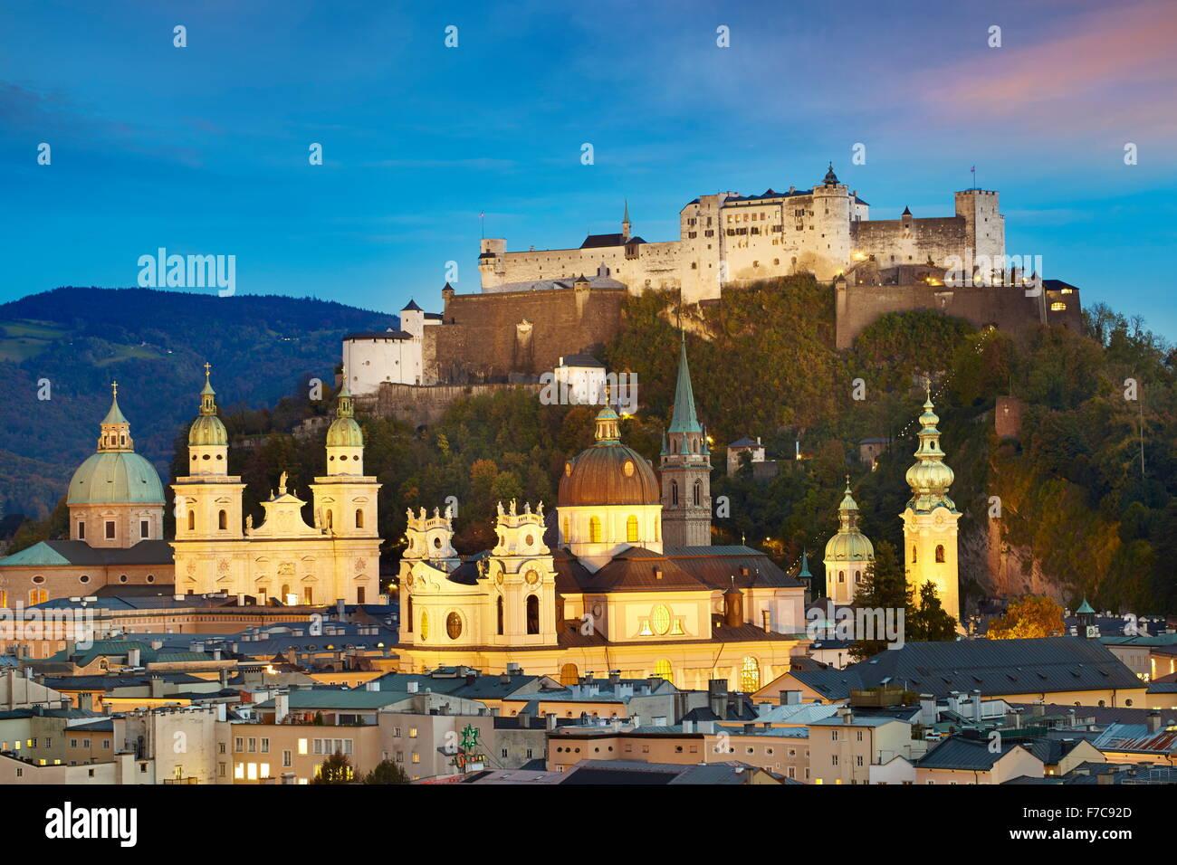 Vue aérienne de la vieille ville de Salzbourg, château visible en arrière-plan, Autriche Photo Stock