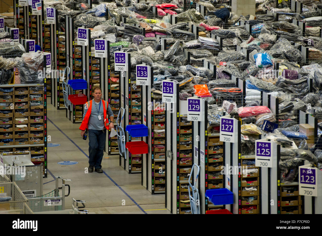 L'entrepôt d'Amazon fulfillment center à Swansea, Pays de Galles du Sud. Amazon ont engagé Photo Stock