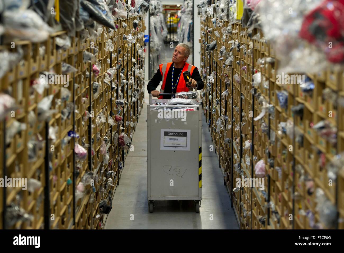 Stock Pickers dans l'Amazon Fulfillment Center entrepôt à Swansea, Pays de Galles. Elles engagent Photo Stock