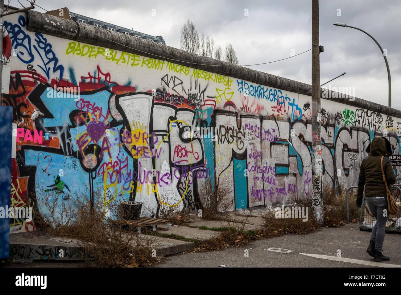 Tourist promenade le long du mur de Berlin l'East Side Gallery Photo Stock