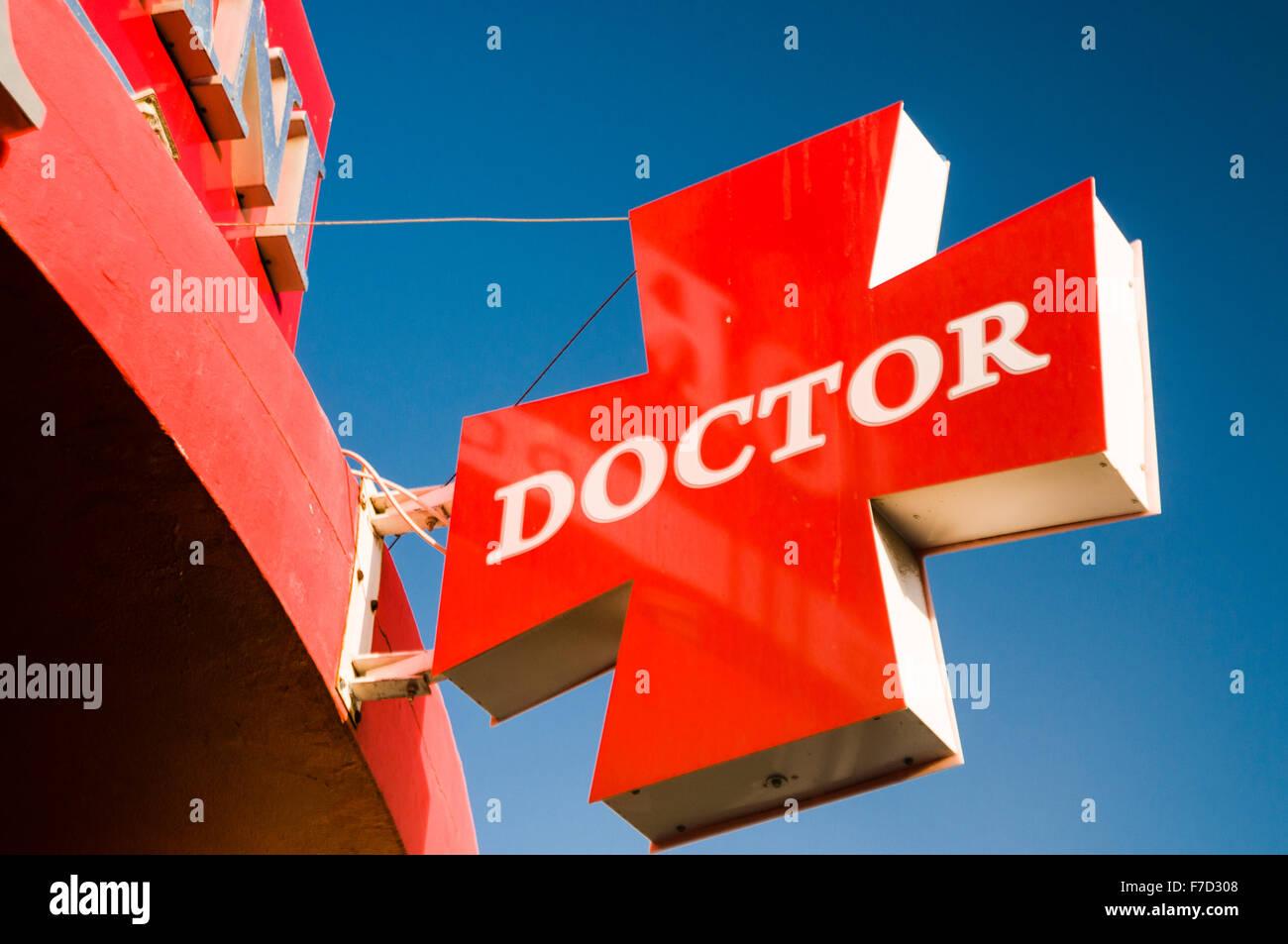 Panneau rouge à l'extérieur d'une chirurgie de médecins Photo Stock