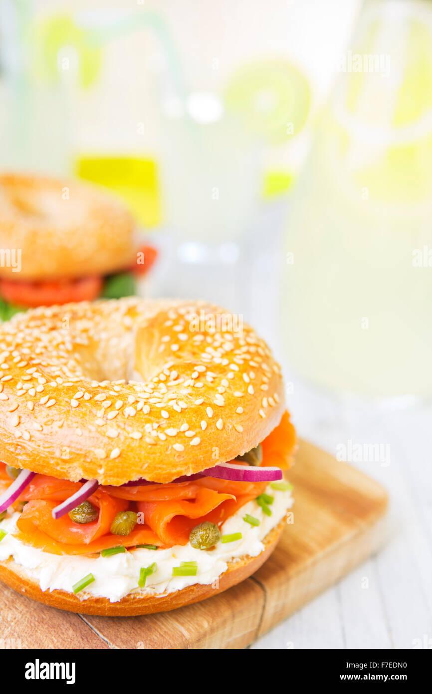 Un bagel avec du saumon, du fromage à la crème et les câpres. Photographié dans une lumière Photo Stock