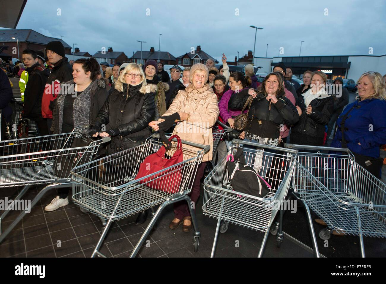En dehors de la file d'acheteurs un supermarché Photo Stock