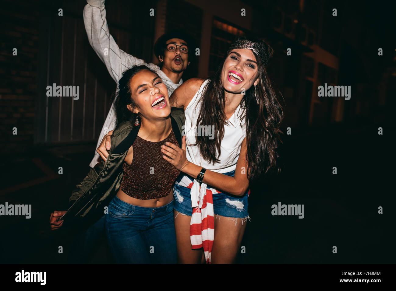 Portrait de trois jeunes amis avoir partie à l'extérieur. Cheerful young best friends hanging out Photo Stock