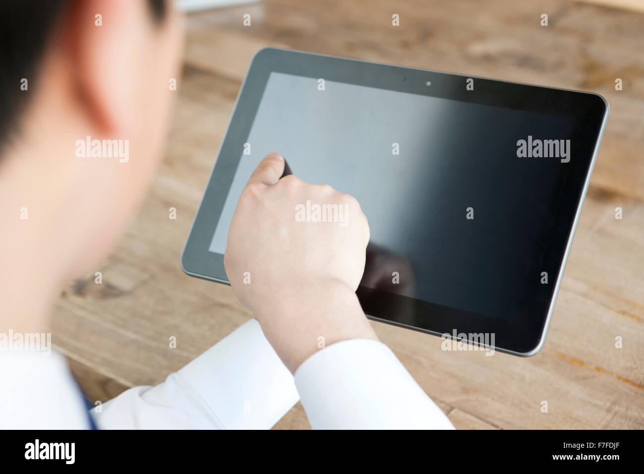 Un homme touchant un PC de table Photo Stock