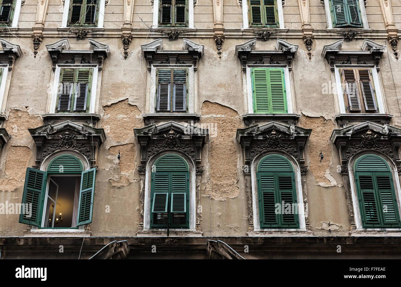 La façade de l'immeuble avec des fenêtres à volets, Rijeka, Croatie Photo Stock