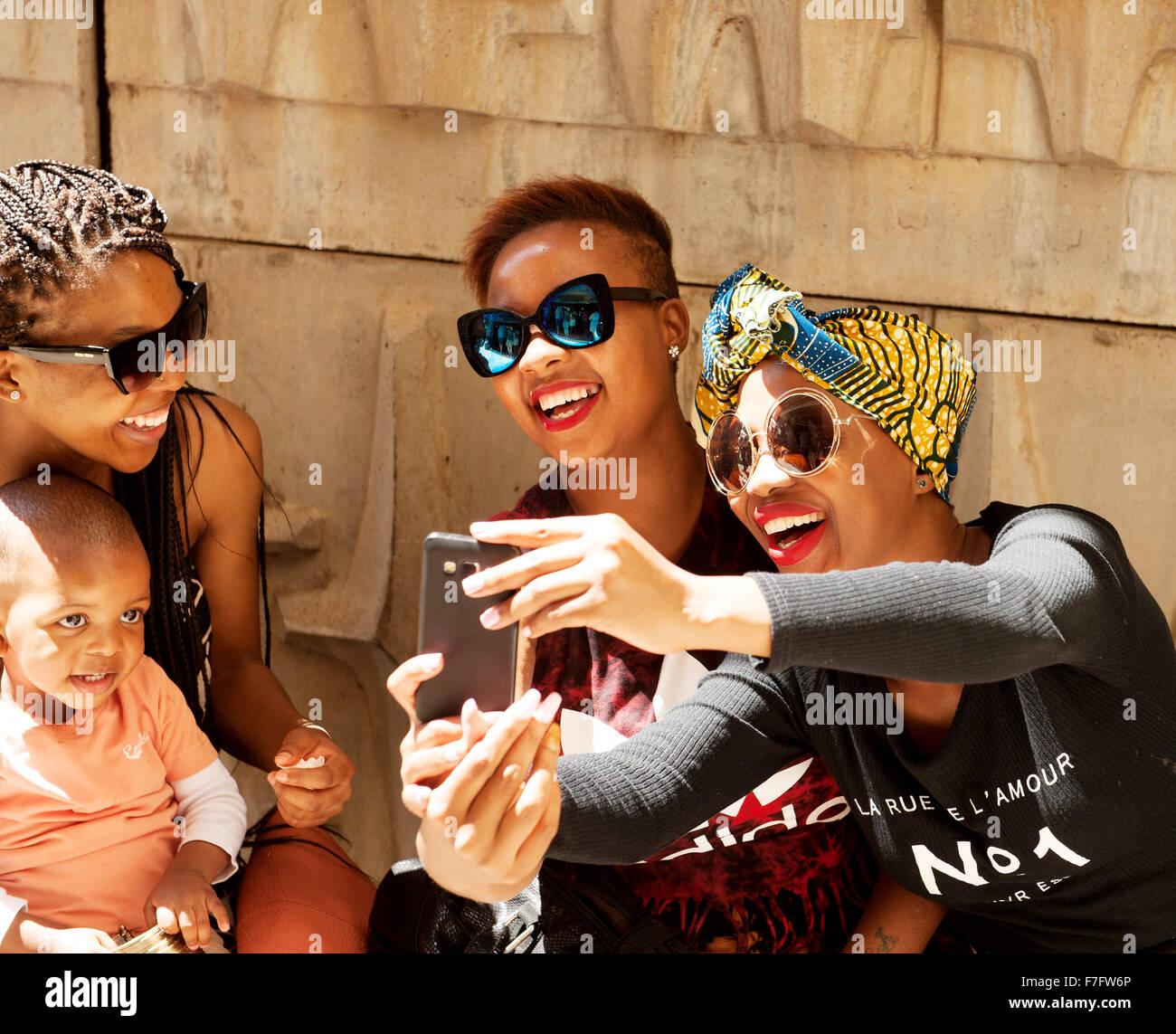Les femmes élégantes traîner au Neighborgoods Market dans le quartier du centre-ville de Braamfontein Photo Stock