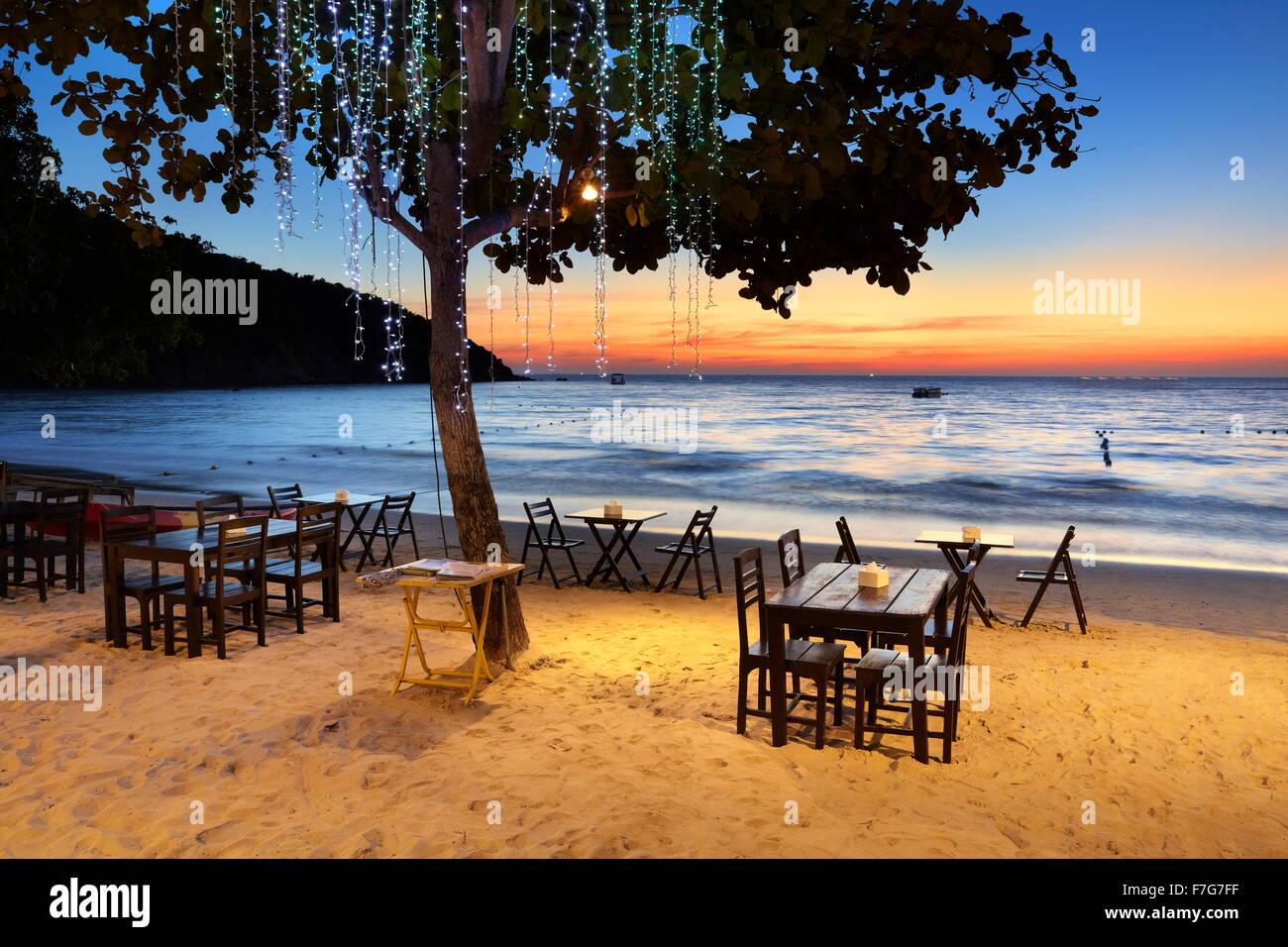 Le restaurant de la plage au coucher du soleil, Lima Coco Resort, Ko Samet Island, Thaïlande Photo Stock