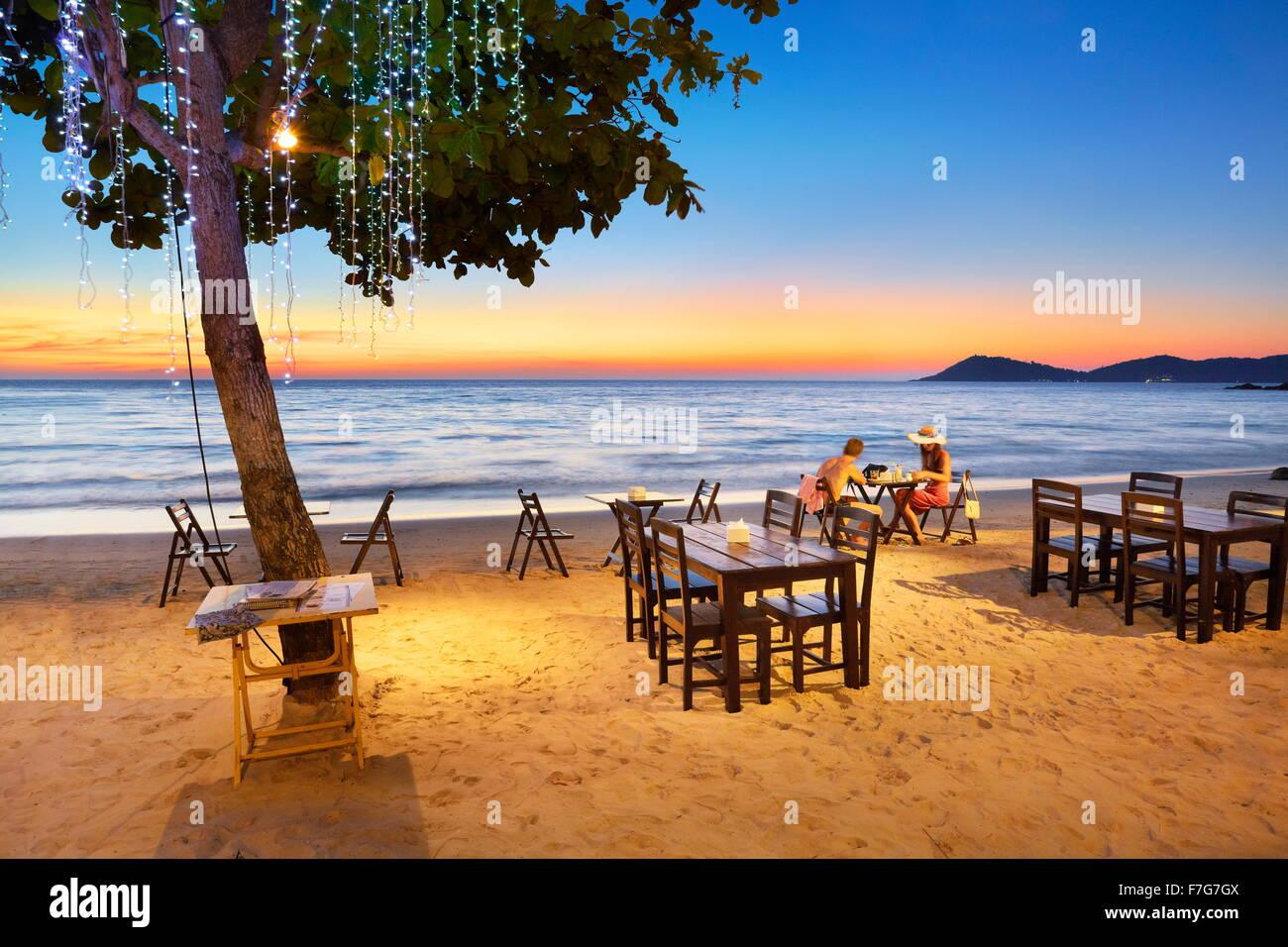 Le restaurant de la plage après le coucher du soleil, Koh Samet Island, Thaïlande Photo Stock