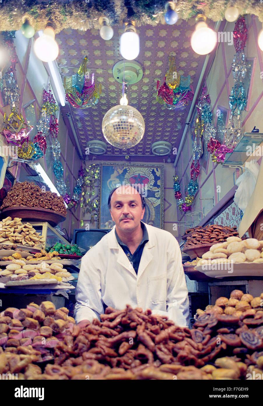 Une des pâtisseries food dans la médina de Marrakech. Maroc Photo Stock
