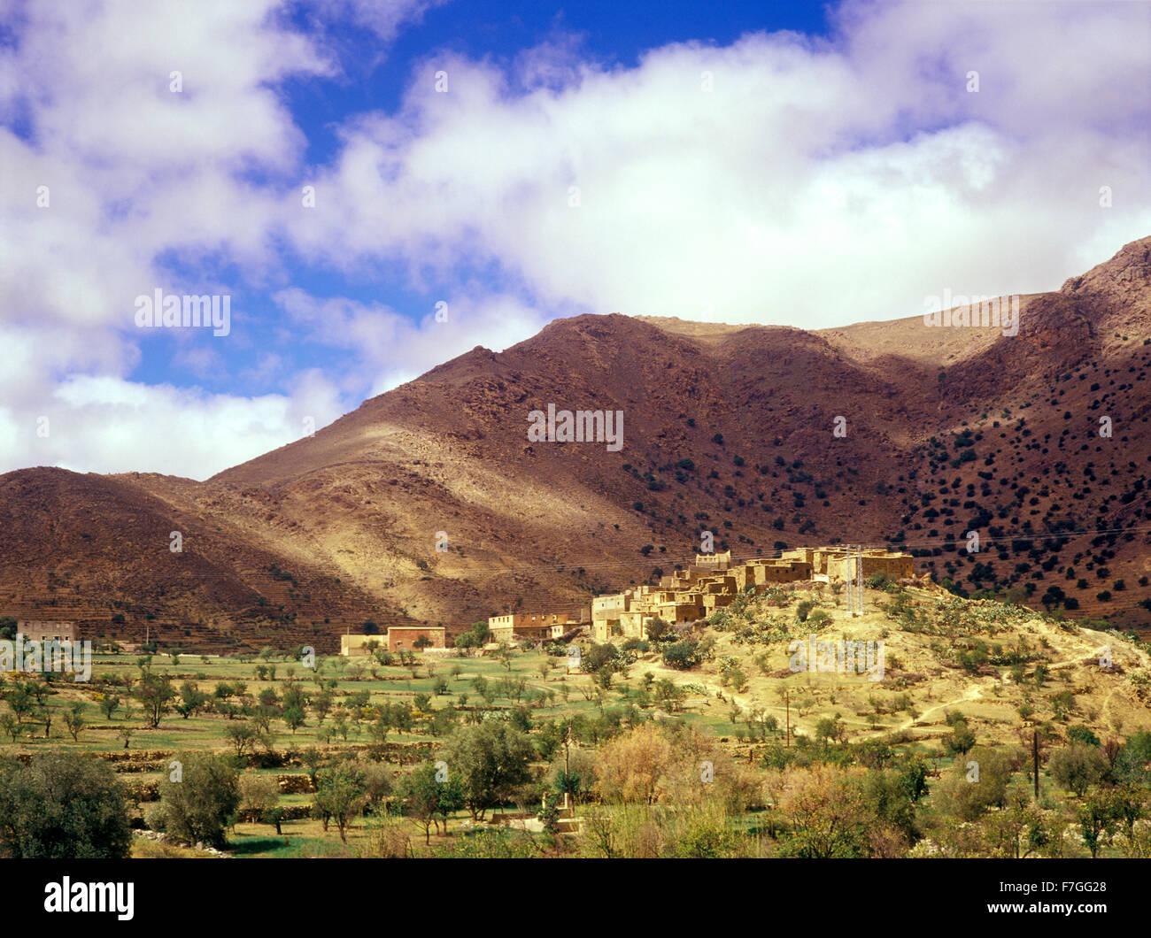Un ksar est une forme traditionnelle de l'architecture constitué d'un groupe de bâtiments en terre Photo Stock