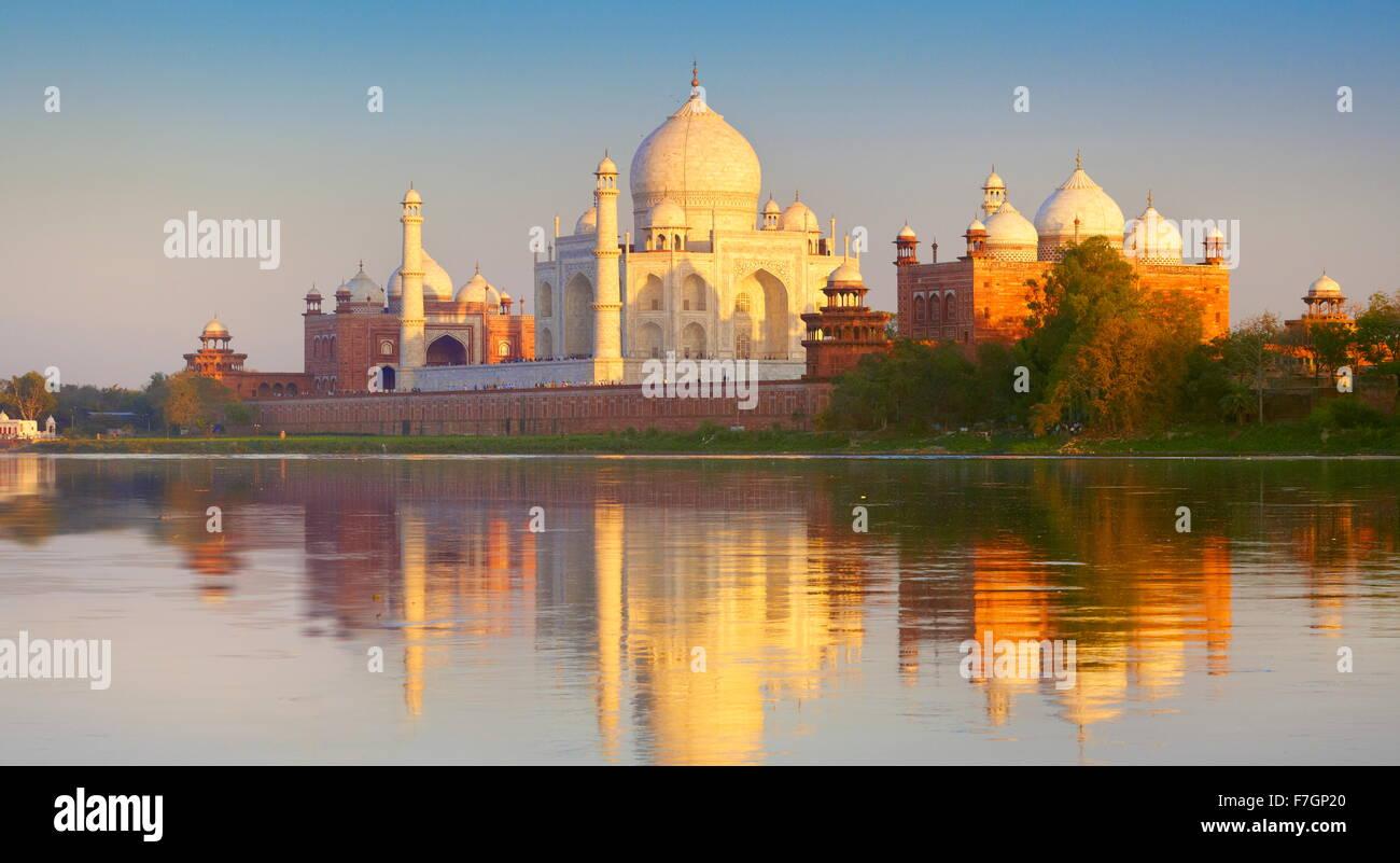 Taj Mahal et la rivière Yamuna au coucher du soleil, (nord) view of Taj Mahal, Agra, Uttar Pradesh, Inde Banque D'Images