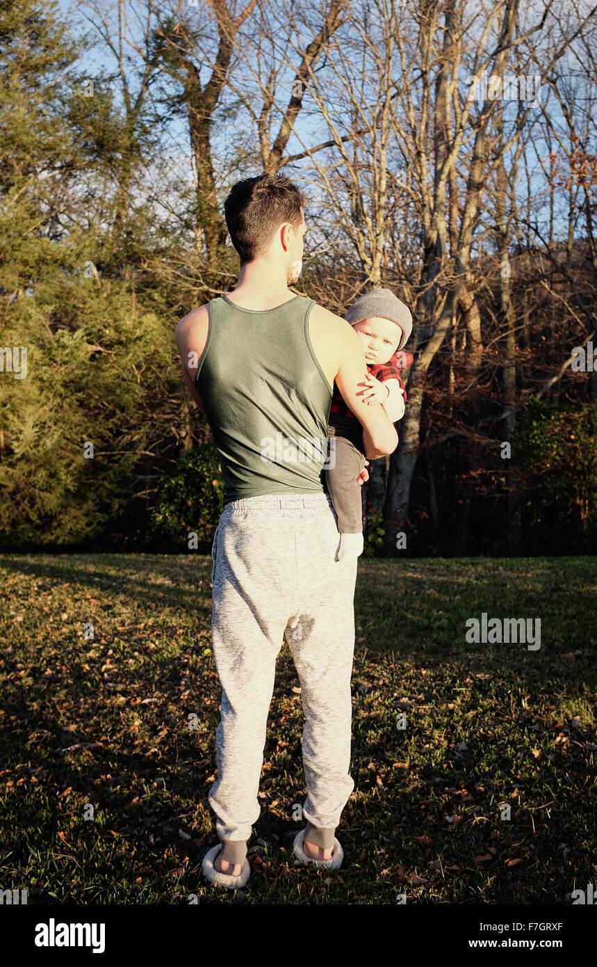 L'homme de derrière holding baby boy Photo Stock