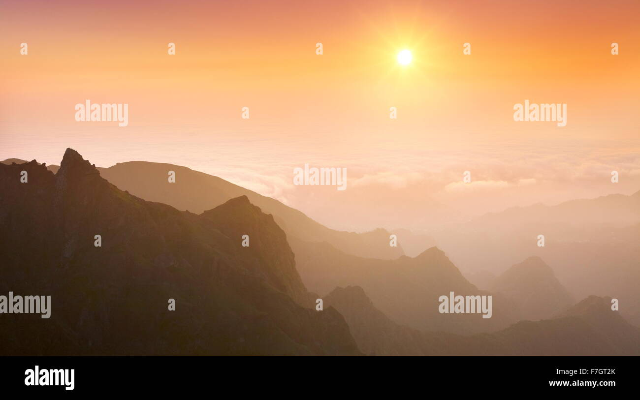 Vue sur la vallée Faja da Nogueira au lever du soleil, l'île de Madère, Portugal Photo Stock