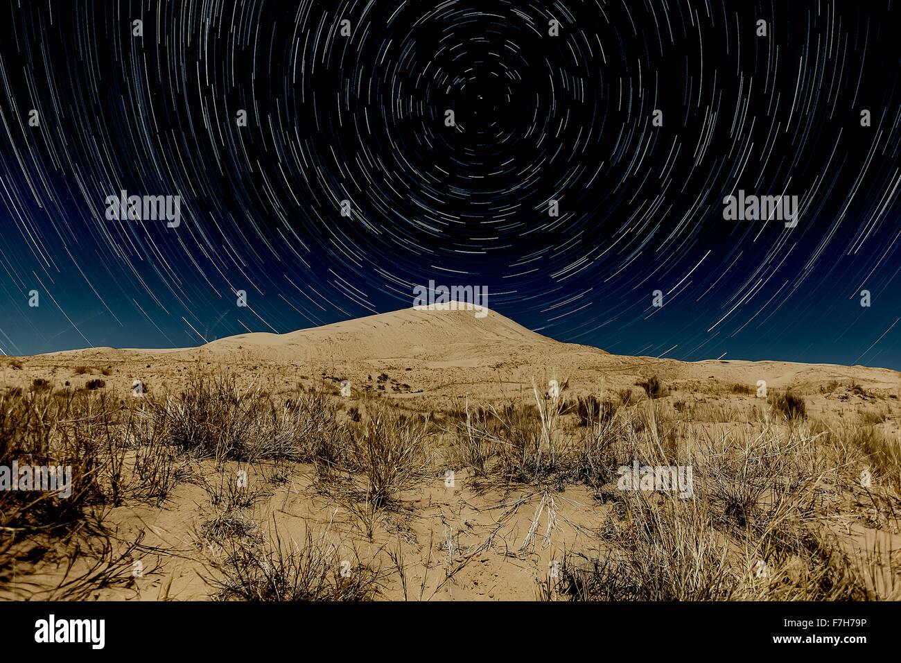 Dunes de Kelso, Mojave National Preserve avec star trails Photo Stock