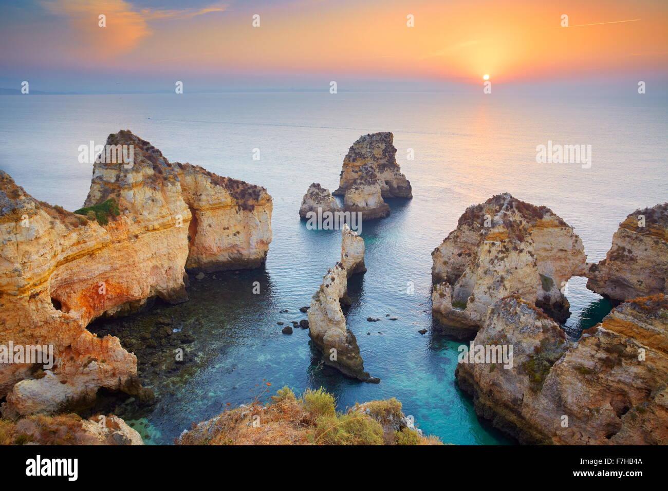 Lever du soleil à côte de l'Algarve près de Lagos, Portugal Photo Stock