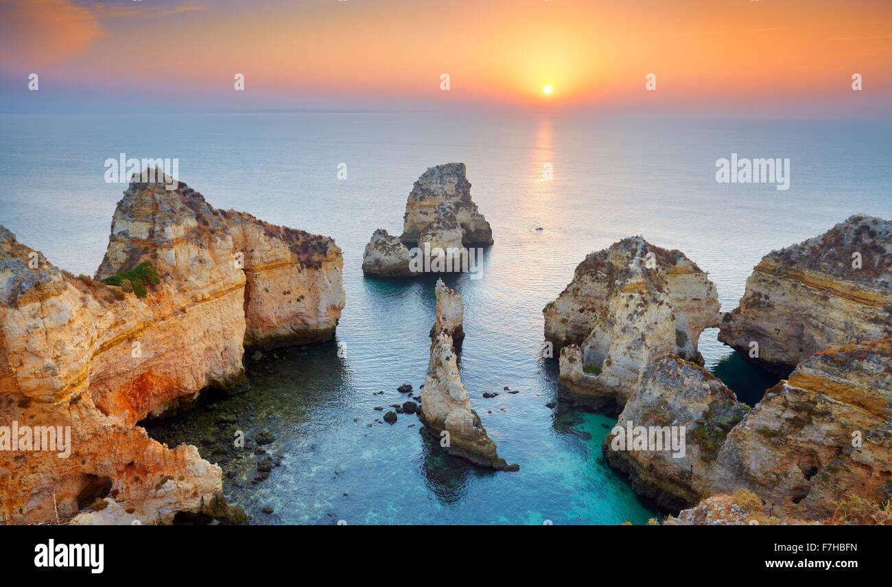 Lever du soleil paysage à côte de l'Algarve près de Lagos, Portugal Photo Stock