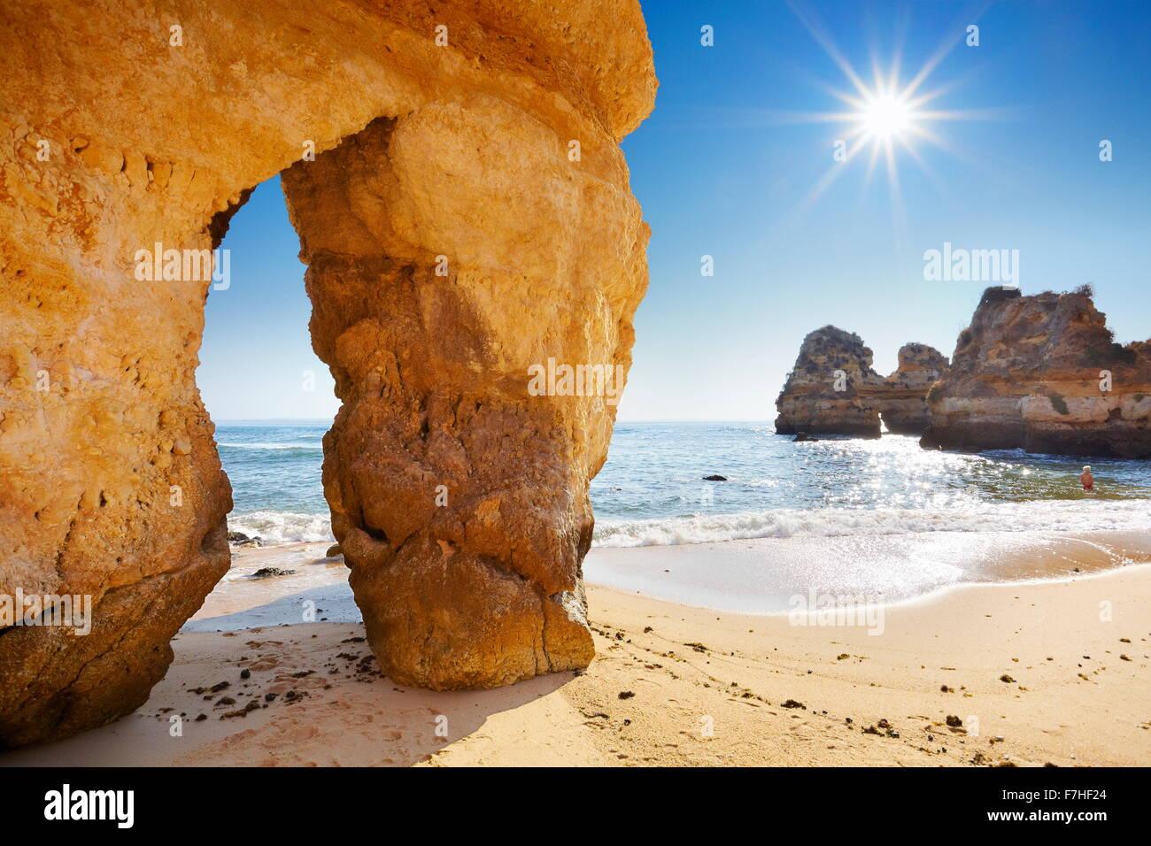 Paysage avec le soleil, la plage de l'Algarve près de Lagos, Portugal Photo Stock