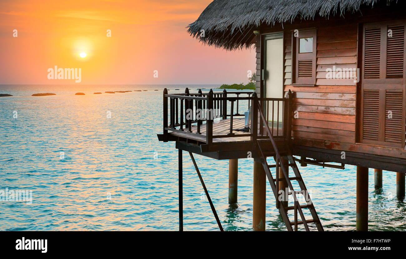 Coucher du soleil tropical paysage à Maldives, océan Indien Photo Stock