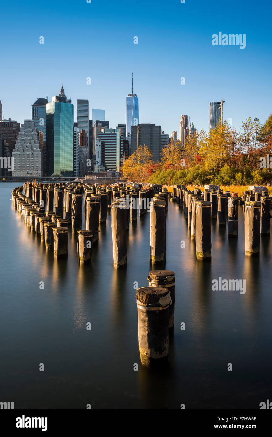 Lower Manhattan skyline at sunset de Brooklyn Bridge Park, Brooklyn, New York, USA Photo Stock
