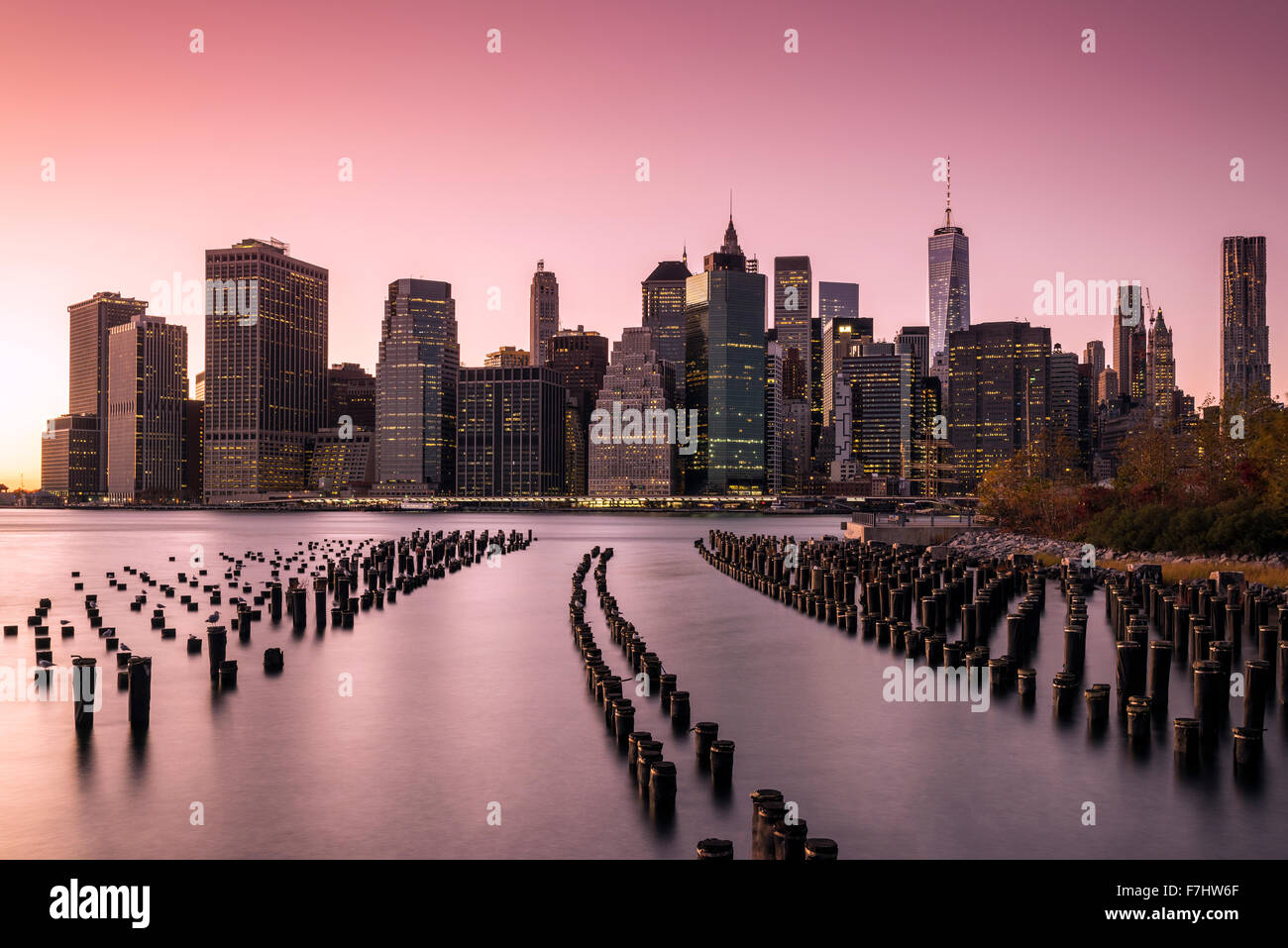 Lower Manhattan skyline at sunset de Brooklyn Bridge Park, Brooklyn, New York, USA Photo Stock