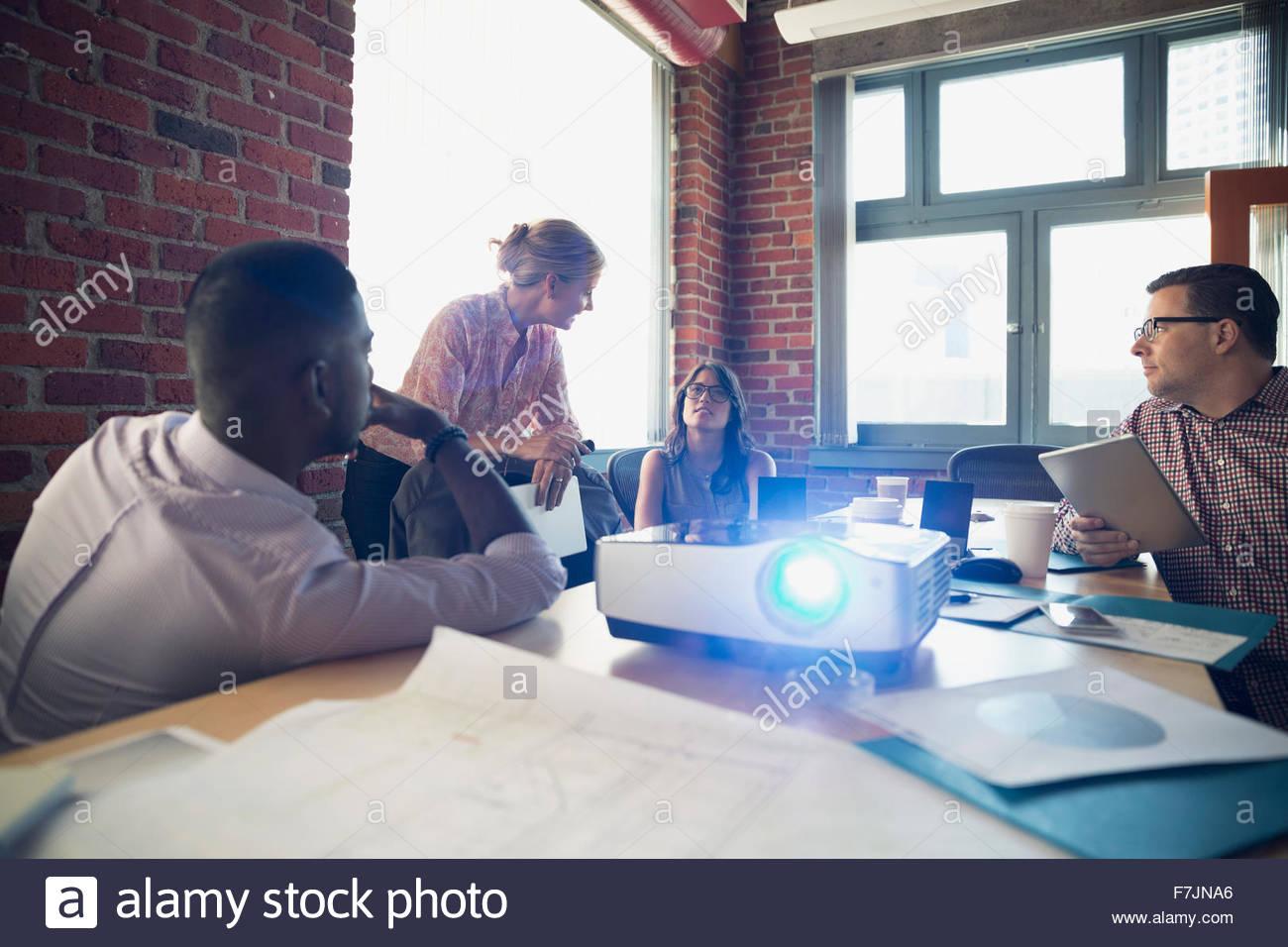 Rencontre des gens d'affaires dans la salle de conférence avec projecteur Photo Stock