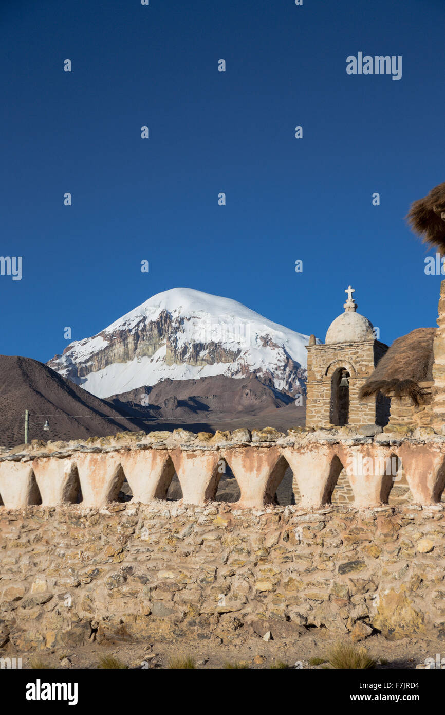 Église dans le parc national de Sajama, Bolivie Photo Stock