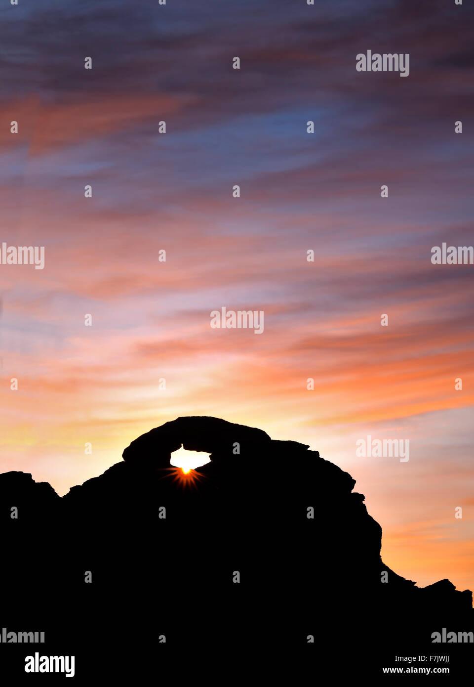 Arch avec le lever du soleil. Vallée de Feu Park, Nevada Banque D'Images