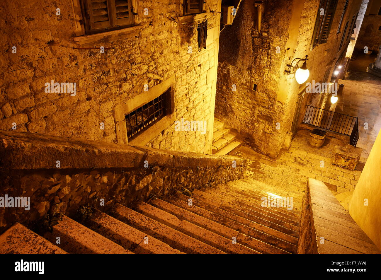 Sibenik, la rue de la vieille ville de nuit, Croatie Photo Stock