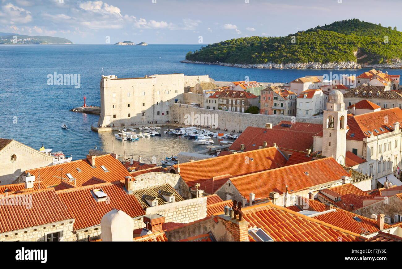 La vieille ville de Dubrovnik, vue aérienne du port de la ville de murs, Croatie Photo Stock